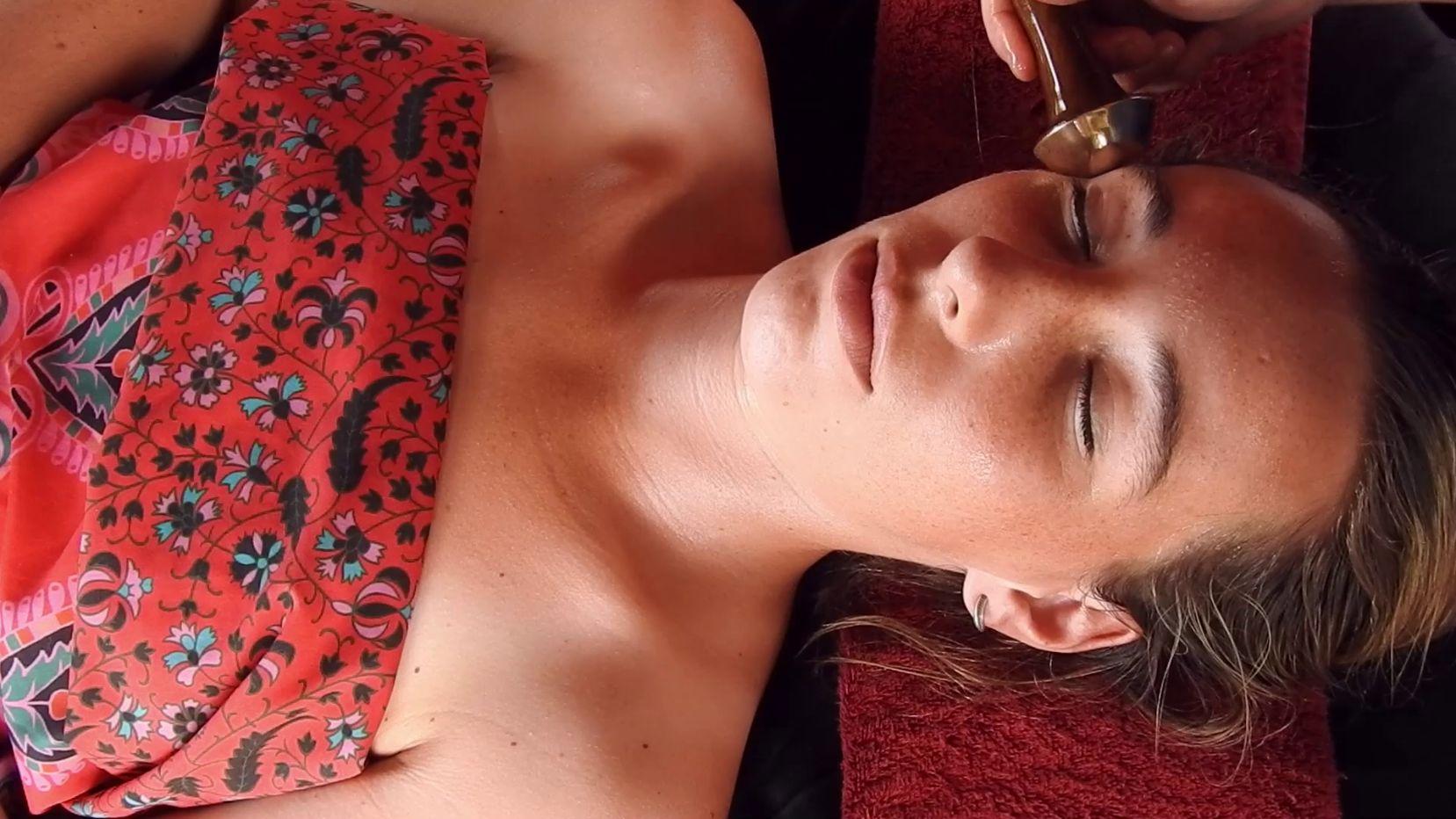 ayurveda-facelift-massage
